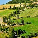 Malerische Straße der Toskana mit Zypressen